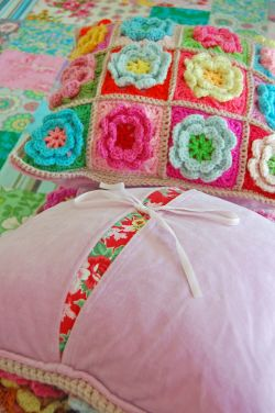 Crochet pillows and quilt 299a